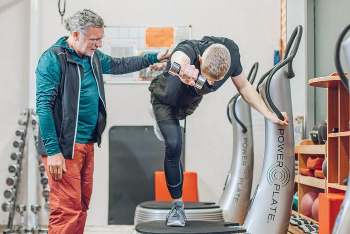 Übung mit Gewicht auf Power Plate